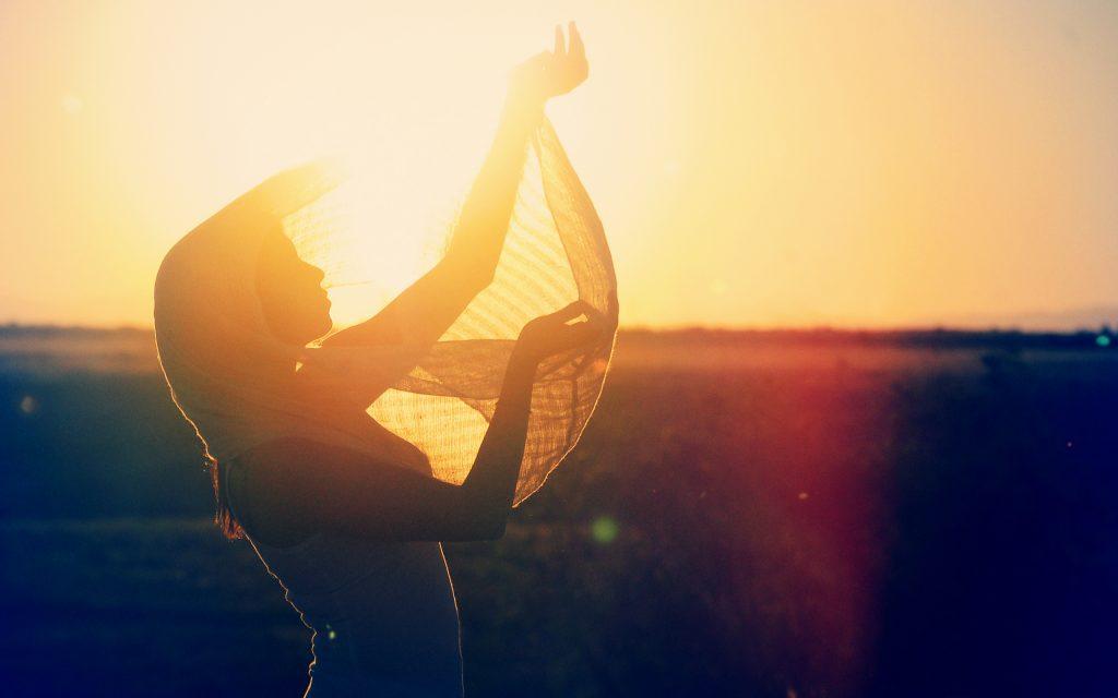 Cô Gái đón ánh Nắng Mặt Trời