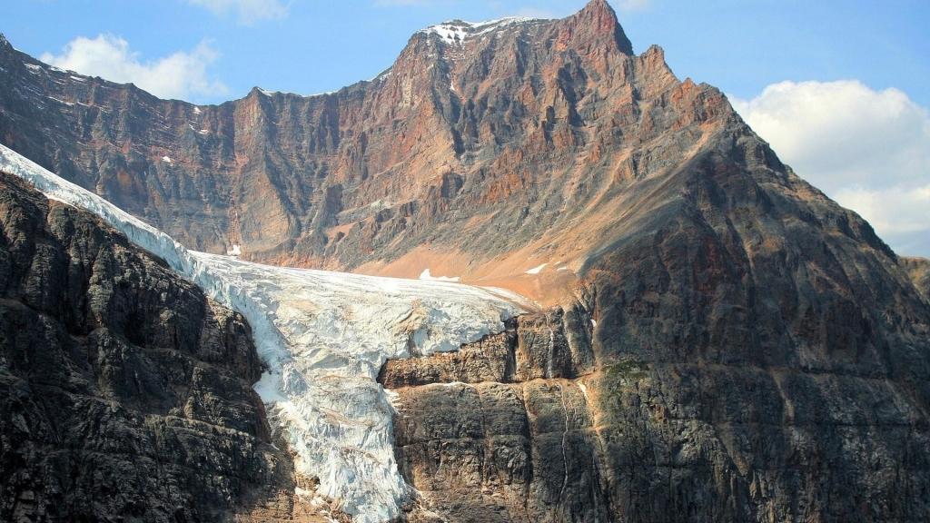 Núi Trắng Và Nâu Hòa Quyện